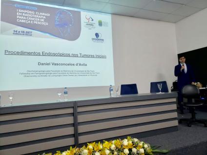Daniel d'Avila ministrando a palestra Procedimentos Endoscópicos em Tumores Iniciais de Laringe