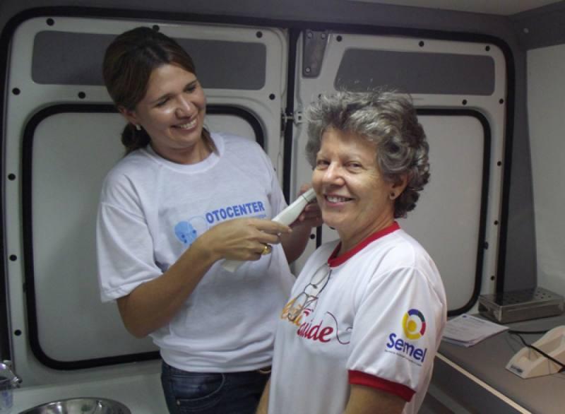 Maria Nelci Passos realizando o teste da orelhinha.